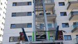 מעקות זכוכית משולבות בבניין חדש